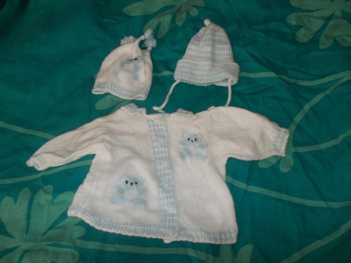 255ef3d84eac Prodám kojenecké oblečení  pěkný ručně pletený kabátek se dvěma čepičkami